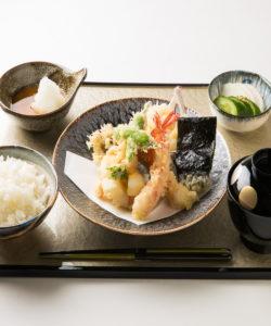 名古屋の金シャチ横丁 天ぷら天丼専門店「徳川忠兵衛」天ぷら盛り合わせ2